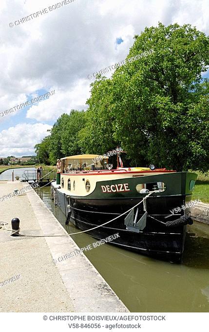Lock and houseboat near Lucy-sur-Yonne, Canal du Nivernais, Yonne, France