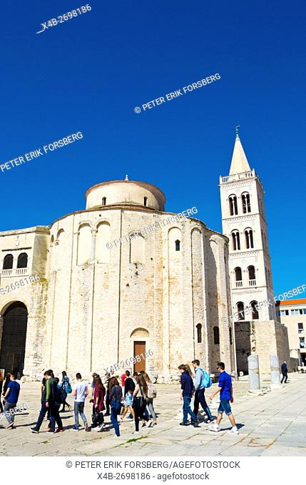 Guided tour group, at Crkva sv. Donata, St Donatus church, Forum, Zadar, Dalmatia, Croatia