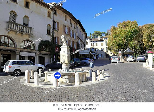 16th century fountain topped by the winged lion of St Mark, Piazza Garibaldi, Asolo, Italy, Veneto
