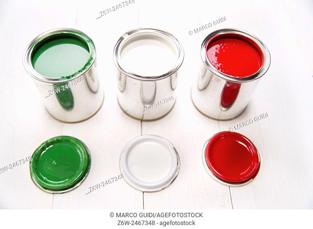 Presentation of the flag of the Italian flag through three cans of paint