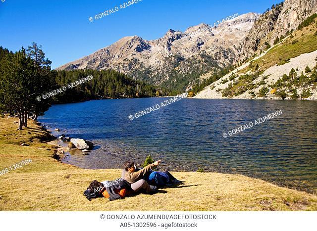 Estany Llong  Llong lake  Family. Aigüestortes i Estany de Sant Maurici National Park, Pyrenees Mountains, Boi-Taull Valley
