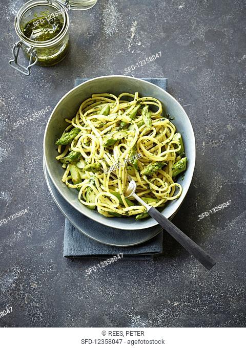 Linguine with asparagus and wild garlic pesto