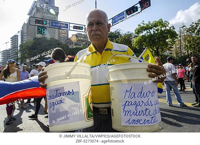 A man protests against the Mega Blackout affecting Venezuela, which has generated a crisis in the country's water supply