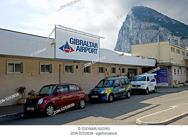 Am Flughafen Gibraltar, hinten der Felsen von Gibraltar, Gibraltar / At Gibraltar International Airport, Rock of Gibraltar behind, Gibraltar