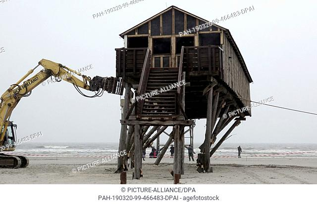 20 March 2019, Schleswig-Holstein, St.Peter-Ording: A pile dwelling is torn down on the beach of St.Peter-Ording. The building with toilets and changing rooms...