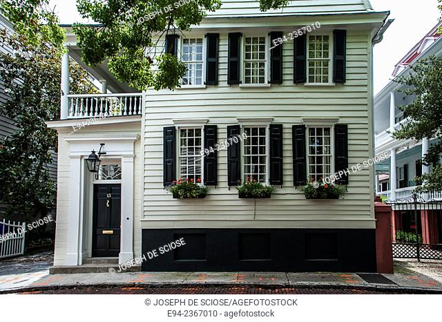 Historic home in Charleston South Carolina with window boxes on the side.