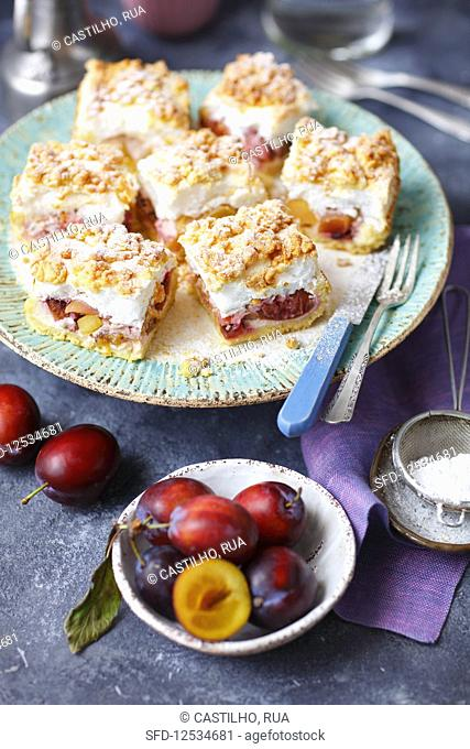 Shorbread cake with plums, peaches, meringue and cruble