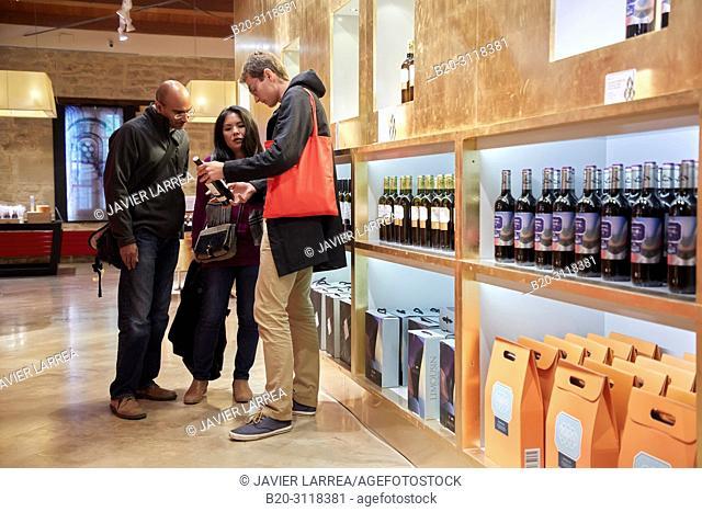 Wine store, Guide with couple of tourists, Bodegas Marques de Riscal, Elciego, Rioja Alavesa, Araba, Basque Country, Spain, Europe