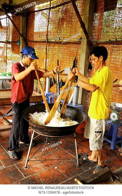 Vietnam, Can Tho province, Mekong Delta, manufactures handmade rice cake