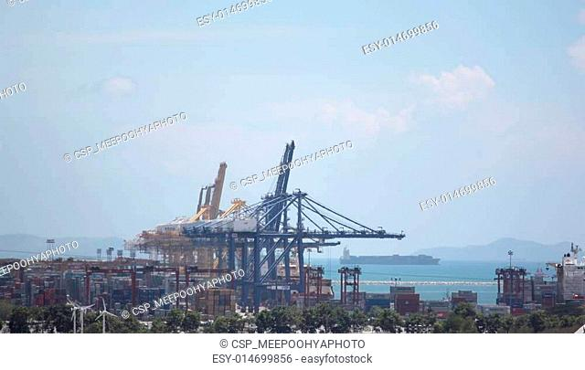 Crane for lifting cargo in container port