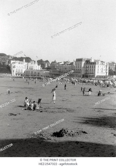 The beach, Dinard, Brittany, 20th century. Stereoscope Camerascope card detail