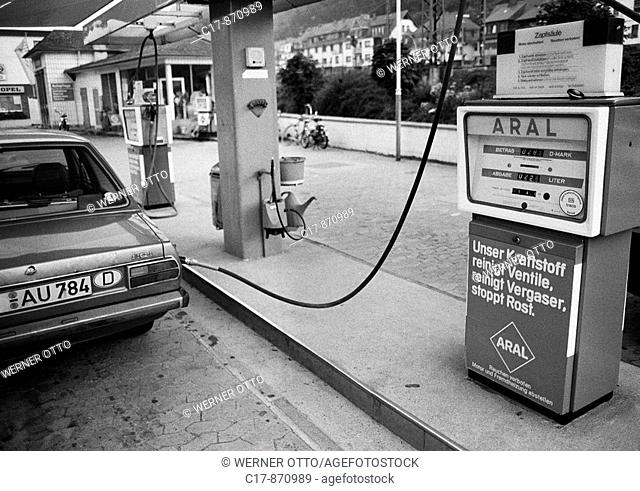 Eighties, black and white photo, road traffic, Aral petrol station, passenger car at a gasoline pump