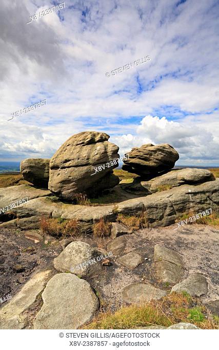 Wain Stones or Kissing Stones rock formations on Bleaklow, Pennine Way, Derbyshire, Peak District National Park, England, UK