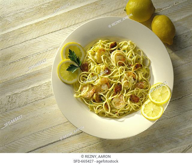 Spaghetti with shrimps, garlic and lemons
