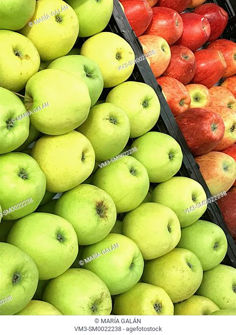 Green apples and red apples