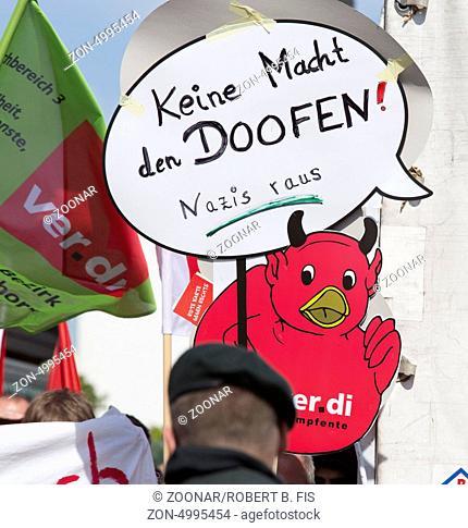 Demonstration gegen einen Auftritt von Pro Deutschland in Bielefeld: Keine Macht den Doofen Foto: Robert B. Fishman, ecomedia, 26.8.2013