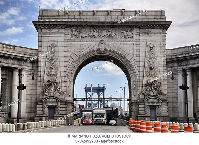 Gate to manhattan Bridge via the triumphal arch and colonnade at the Manhattan entrance, New York, USA