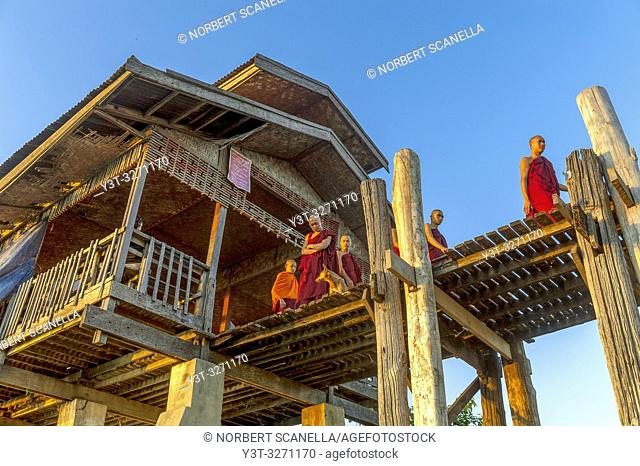 Myanmar (ex Birmanie). Amarapura, region of Mandalay. The bridge U Bein, in teak wood, 1200 meters long, crosses Lake Taugthman