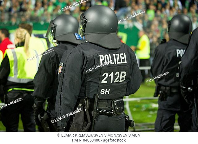 Police are ready in front of the Wolfsburg fans, Feature, general, Randmotiv, security, police, football 1st Bundesliga, 2nd Bundesliga, Relegation