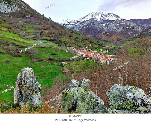 Pendones village and Mount Tiatordos (1951 m.) in background, caso municipality, Redes Natural Park and Biosphere Reserve, Asturias, Spain
