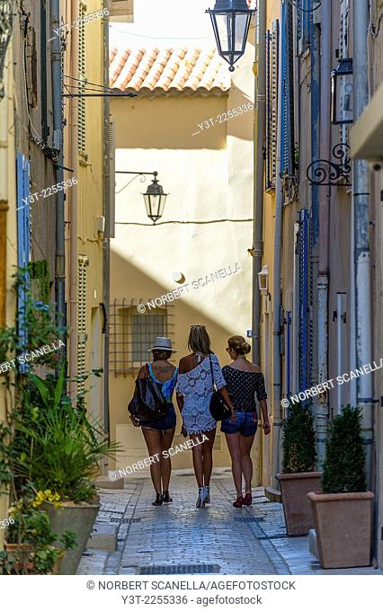 Europe, France, Var, Saint-Tropez. Young women walking in the alleys of the old town