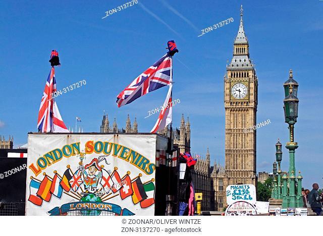 Blick auf den Big Ben und einen Souvenirstand in London, Großbritannien / View to the Big Ben and a souvenir stall in London, Great Britain
