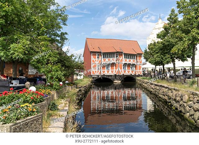 half-timbered building over the Grube river or Mühlenbach, historic old town, Hanseatic City of Wismar, Mecklenburg-Vorpommern, Germany