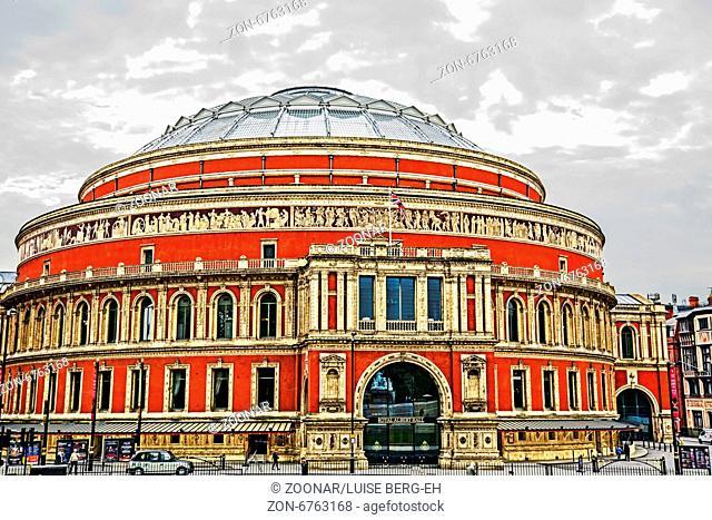Royal Albert Hall, Kensington, berühmt für Konzerte, z. B. last night of the Proms; The Royal Albert Hall is a concert hall on the northern edge of South...