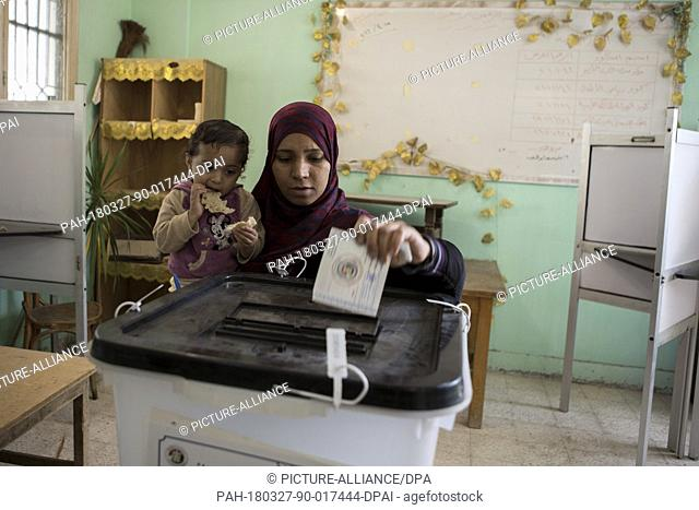 dpatop - An Egyptian woman casts her vote on the second day of the 2018 Egyptian presidential electionsat a polling station, in Giza, Egypt, 27 March 2018