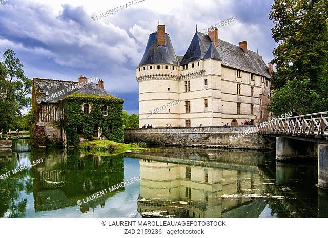 Château de l'Islette - The Renaissance Castle, cradled by the arms of the river either side, reminds us of its neighbour, Château d'Azay-le-Rideau