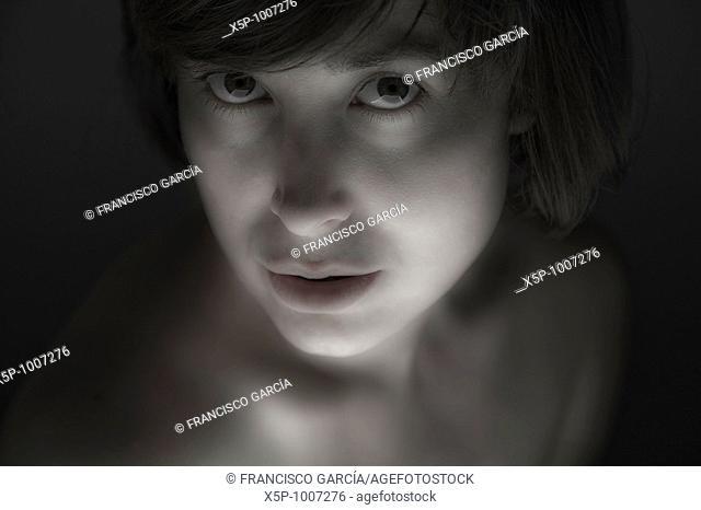 Retrato de mujer con mirada interrogante