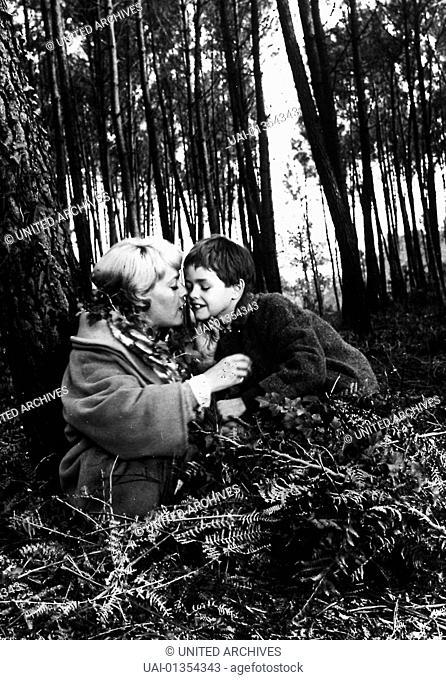 Jeanne Moreau (l.) Anne (Jeanne Moraeu) identifiziert sich immer mehr mit der unbekannten Ermordeten, worunter nicht zuletz ihr Familienleben leidet