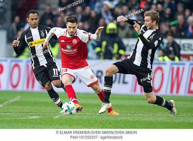 Suat SERDAR (mi., MZ) versus RAFFAEL (li., MG) und Christoph KRAMER (MG), Aktion, Kampf um den Ball,.Fussball 1. Bundesliga, 28
