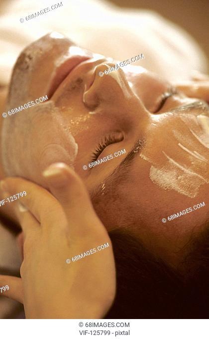 Wellness - Muk Abhyanga - facial massage at a young man. - HAMBURG, GERMANY, 20/09/2005
