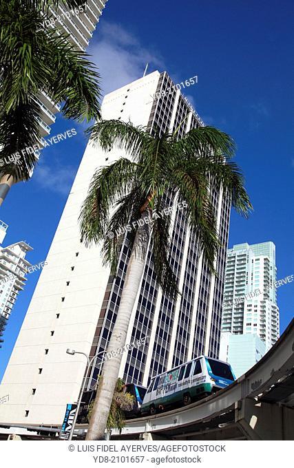Buildings y Metrorail Downtown Miami, Florida, USA