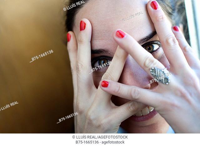 chica joven, mujer joven, rostro, cara, primer plano, femenino, femenina, rubia, expresión, tapando la cara, manos, tapando con las manos, dedos, uñas pintadas