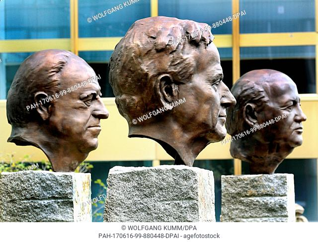 """ARCHIVE - The monument """"""""Fathers of Unity"""""""" with the almost a metre high bronze busts of former chancellor Helmut Kohl, former US president George Bush Senior..."""