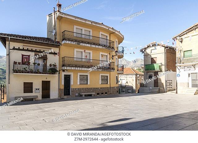 Plaza de la Constitución en Santa Cruz del Valle. Barranco de las cinco villas. Valle del Tiétar. Provincia de Ávila, Castile-Leon, Spain
