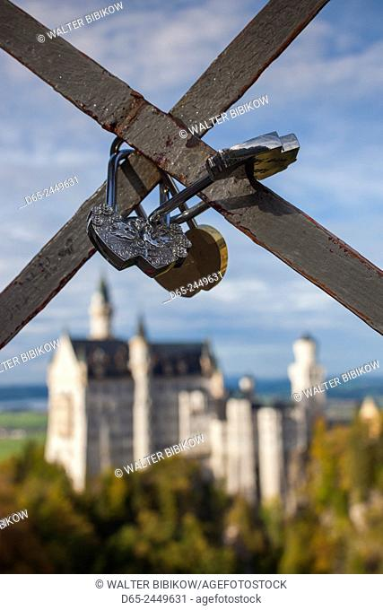 Germany, Bavaria, Hohenschwangau, Schloss Neuschwanstein castle, Marienbrucke bridge view, late afternoon, love locks