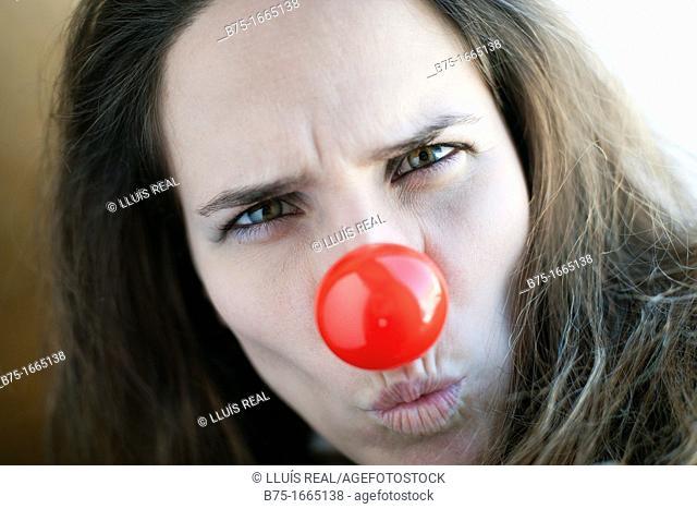 chica joven, mujer joven, nariz de payaso, color rojo, rostro, cara, primer plano, femenino, femenina, rubia, preocupación, boca fruncida, young girl