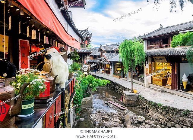 China, Yunnan, Lijiang, scenic alley in the old town