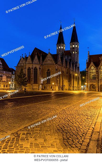 Germany, Lower Saxony, Braunschweig, Old town market square, Parish church St. Martini in the evening