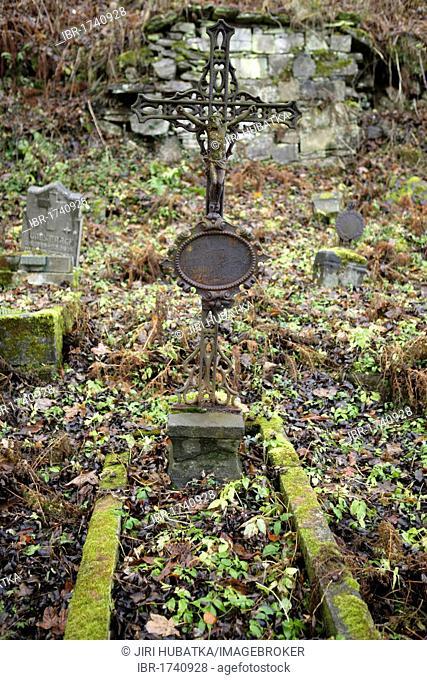 Cross on a grave, abandoned cemetery, Joachimsthal, West Bohemia, Czech Republic, Europe