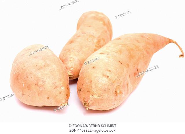 Rohe Süsskartoffeln auf weissen Untergrund