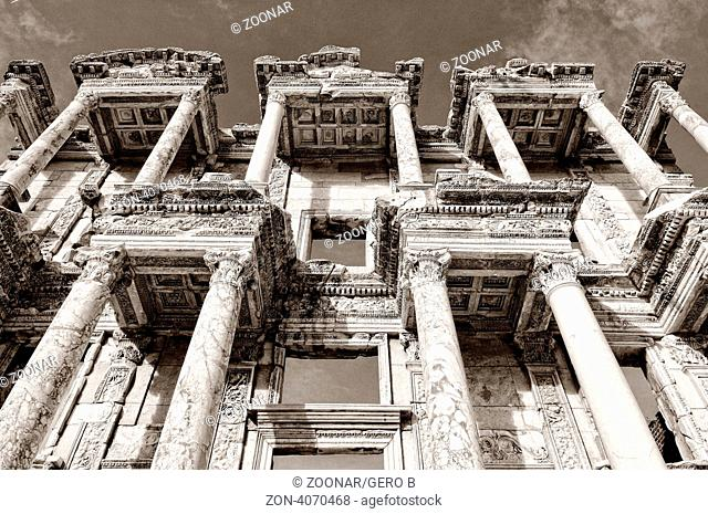 Fassade der Celsus Bibliothek Ephesus in der Türkei schwarz-weiss, Facade of the Celsus Library Ephesus in Turkey black-white