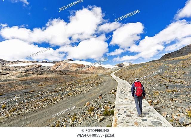 Peru, Andes, Cordillera Blanca, Huascaran National Park, tourist hiking towards Pastoruri glacier