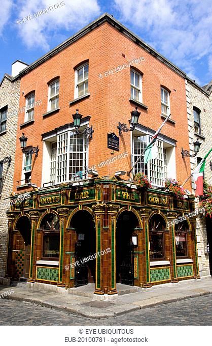 The Quays public house on a street corner in Temple Bar with a cobbled road