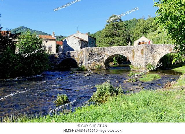 France, Puy de Dome, Dauphine d'Auvergne, Saurier village, old bridge under Couze Pavin river