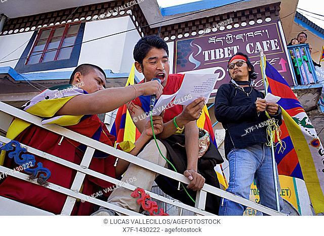 Demonstrators, for a free Tibet, in Temple Rd, McLeod Ganj, Dharamsala, Himachal Pradesh state, India, Asia
