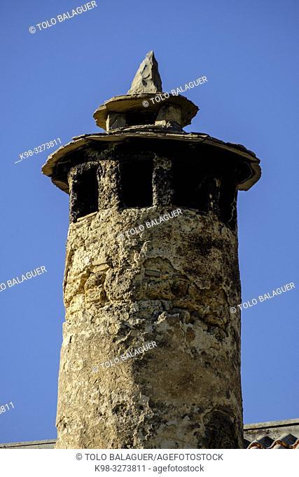 casa tipica con chimenea de brujas, Asín de Broto ,municipio de Broto, Sobrarbe,Huesca, Aragón, cordillera de los Pirineos, Spain